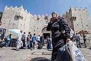 Israel, Jerusalem: Inside the Old City: Damascus Gate        Israele, Gerusalemme: Dentro la Città Vecchia: La porta di Damasco.