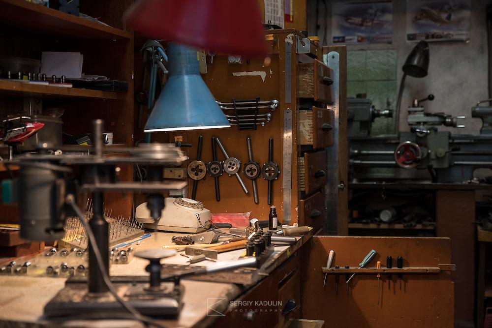 Рабочий стол. Авиамодельная мастерская. Здесь создают самолеты.