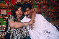 "Pakistan - Hijra, les demi-femmes du Pakistan -  Lola et son ""fiancé"" // Pakistan. Punjab province. Hijra, the half woman of Pakistan. Lola and her lover."