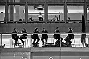 Londyn, 2009-10-23. Londyn nocą kawiarnia przy bulwarach Tamizy