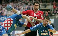 Kristian Kjelling (NOR) gegen Denis Buntic (CRO) und Zlatko Horvat (CRO). © Manu Friederich/EQ Images