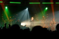 25 NOV 2002, BERLIN/GERMANY:<br /> Herbert Grönemeier waehrend einem Konzert, Max-Schmeling-Halle<br /> IMAGE: 20021125-02-020<br /> KEYWORDS: Herbert Grönemeier, Fans, Fans, Publikum, Haende, Hände