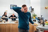 15.03.2020 Magdeburg, Hauptbahnhof, Bahnhofsmission.<br /> <br /> Heute gibt es Kartoffelbrei mit Rosenkohl und Würstchen und besondere Regeln. Jeder muss sich einzeln an einen Tich setzen, Abstand halten ist wichtig und nach dem essen muss jeder die kleine Bahnhofsmission verlassen. Holger ist seit einem Jahr dabei.<br /> <br /> ©Harald Krieg