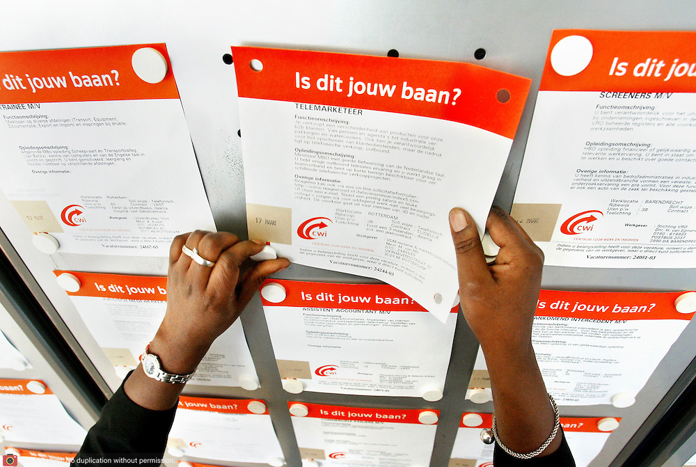 Nederland Rotterdam 17 maart 2003 20030317 .Slogan CWI Is dit jouw baan van CWI. Werkzoekenden bij het CWI. 4.Weinig werklozen in Nederland..De werkloosheid in Nederland is in de periode maart-mei 2007 gedaald tot het laagste niveau in vier jaar tijd..Het werkloosheidspercentage stond op 4,7 procent, vergeleken met 5 procent in de maanden februari-april...Nederland telde in die maanden in 2007 gemiddeld 347.000 werklozen, 7000 minder dan in de periode februari-april, zo bleek dinsdag uit cijfers van het Centraal Bureau voor de Statistiek (CBS). De cijfers zijn gecorrigeerd voor het seizoen...De grootste daling van het aantal werklozen deed zich voor in de groep 25- tot 44-jarigen. In deze leeftijdsgroep nam het aantal werklozen in een jaar tijd af met 61.000. Het werkloosheidspercentage daalde van 5,4 procent naar 3,8 procent...Mannen versus vrouwen.Het percentage werkloze mannen van 25 tot 44 jaar daalde tot onder de 3 procent (2,8 procent). Bij de vrouwen in dezelfde leeftijdscategorie was 5,1 procent werkloos in de periode maart-mei, tegen 6,6 procent een jaar eerder...Het Centrum voor Werk en Inkomen (CWI) maakte dinsdag ook arbeidsmarktcijfers bekend. Het aantal werklozen dat in mei via het voormalige Arbeidsbureau naar werk zocht, daalde met ruim 2,5 procent ten opzichte van april. Deze daling vond vooral plaats onder lagere leeftijdsgroepen. Het CWI registreerde in mei voor het eerst meer 45-plussers dan mensen jonger dan 45 onder de werkloze werkzoekenden...Bij het CWI werden in de periode vanaf januari tot en met mei 127.000 vacatures ingediend. Vooral in de sectoren openbaar bestuur en gezondheid en welzijn is meer werk te vinden dan in dezelfde periode vorig jaar..Foto David Rozing