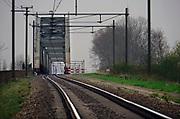 Nederland, Ravenstein, 13-4-2018Spoorrails. Spoor van Wijchen naar Ravenstein gaat via een brug over de Maas. Deze oude karakteristieke spoorbrug met drie bogen is slechts enkelspoor .Foto: Flip Franssen