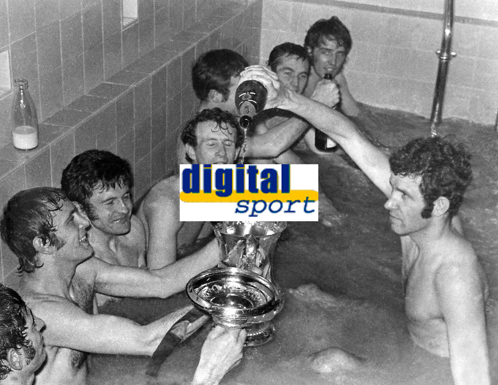 Fotball<br /> England<br /> Foto: Colorsport/Digitalsport<br /> NORWAY ONLY<br /> <br /> Chelsea historikk<br /> PETER OSGOOD (CHELSEA) FILLS THE TROPHY WITH CHAMPAGNE AS THE TEAM CELEBRATE IN THE BATH AFTER  WINNING THE FA CUP FINAL REPLAY 1970.  CHELSEA V LEEDS UNITED @ MANCHESTER (OLD TRAFFORD).