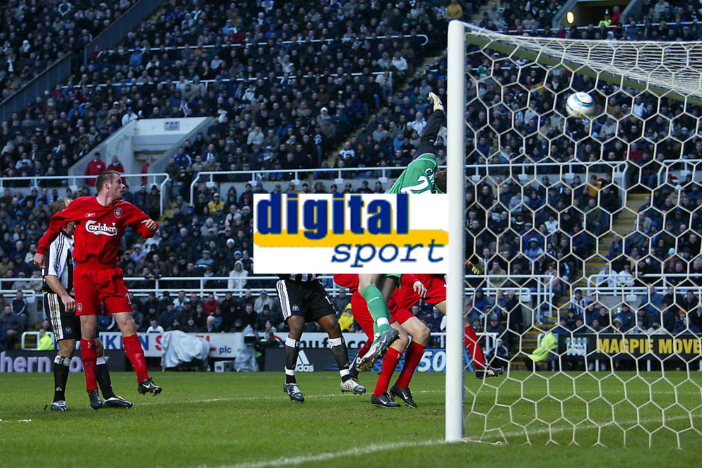 Photo. Andrew Unwin, Digitalsport<br /> Newcastle United v Liverpool, Barclays Premiership, St James' Park, Newcastle upon Tyne 05/03/2005.<br /> Liverpool's goalkeeper, Scott Carson, is beaten by an excellent free kick from Newcastle's Laurent Robert.