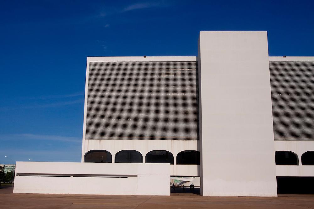 Brasilia_DF, Brasil...Predio da Biblioteca Nacional de Brasilia ou Biblioteca Nacional Leonel de Moura Brizola projetada por Oscar Niemeyer...The building of the Brasilia National Library or Leonel de Moura Brizola National Library, projected by Oscar Niemeyer...Foto: MARCUS DESIMONI / NITRO
