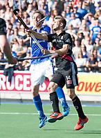 UTRECHT - Quirijn Caspers (Kampong) met Nicki Leijs (A'dam)    tijdens   de finale van de play-offs om de landtitel tussen de heren van Kampong en Amsterdam (3-1). Kampong kampioen van Nederland. COPYRIGHT  KOEN SUYK
