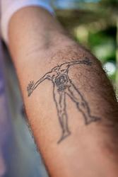 """Detalhe da tatuagem do escritor gaúcho Daniel Galera, que está lançando um novo romance, """"Barba Ensopada de Sangue"""" (Companhia das Letras). Galera é um dos principais nomes da literatura contemporânea brasileira, com obras traduzidas para vários países. FOTO: Jefferson Bernardes/Preview.com"""
