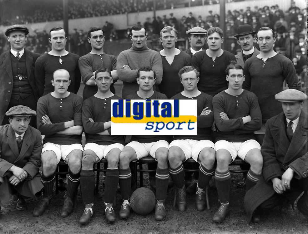 Fotball<br /> Arsenal<br /> Foto: Colorsport/Digitalsport<br /> NORWAY ONLY<br /> <br /> Woolwich Arsenal 1913/14 team group. <br /> Back row : L to R. George Grant,George Jobey,Joseph Shaw,Joseph Lievesley,Robert william Benson, G.Hardy (trainer), Percy Robert Sands, George Morrell (Manager), Angus McKinnon.           <br /> Front Row : Thomas Winship (kneeling),John  'Jock' Rutherford,John Flanagan, Donald Slade, Harold 'Wally' Hardinge, Charles Henry Lewis, Stephen Stonley (kneeling).