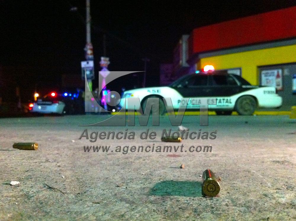 Zinacantepec, Méx.- Tres policias de la Agencia de Seguridad Estatal (ASE) fueron atacados por al menos tres sujetos, con rafagas de fusil de asalto tipo AR-15, cuando permanecian establecidos en un punto de vigilancia sobre la Avenida Adolfo Lopez Mateos y carretera a Almoloya de Juarez; los agentes fueron trasladados en estado grave a un hospital de Toluca. Agencia MVT / Mario Vazquez de la Torre. (DIGITAL)