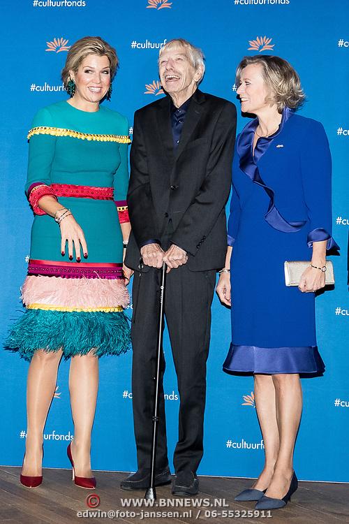 NLD/Amsterdam/20181126 - Maxima reikt Pr. Bernhard Cultuurfondsprijs uit, Reinbert de Leeuw en Koningin Maxima met Adriana Esmeijer