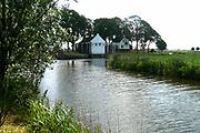 Gemaal Eemnes<br /> Het gemaal en de naastgelegen sluis vormen een belangrijke rol in de geschiedenis van Eemnes. Eemnes had zich niet kunnen ontwikkelen zonder een goede afwatering. Die afwatering wordt sinds jaar en dag geregeld bij de sluis en het gemaal bij de Eemnesservaart. Een paar honderd jaar geleden lag het land in de polder hoger dan nu. Het was toen mogelijk om op natuurlijke wijze het water af te voeren via de Eem naar de zee.