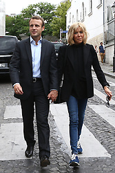 Former Economy Minister Emmanuel Macron and his wife Brigitte Trogneux play tourist in the Montmartre borough of Paris, France, Sunday September 4, 2016. After a lunch at La Cave Des Abesses wine bar, the pair took a walk like ordinary tourists, greeting passers-by. Photo by ABACAPRESS.COM  | 561552_028 Paris Traductionn France