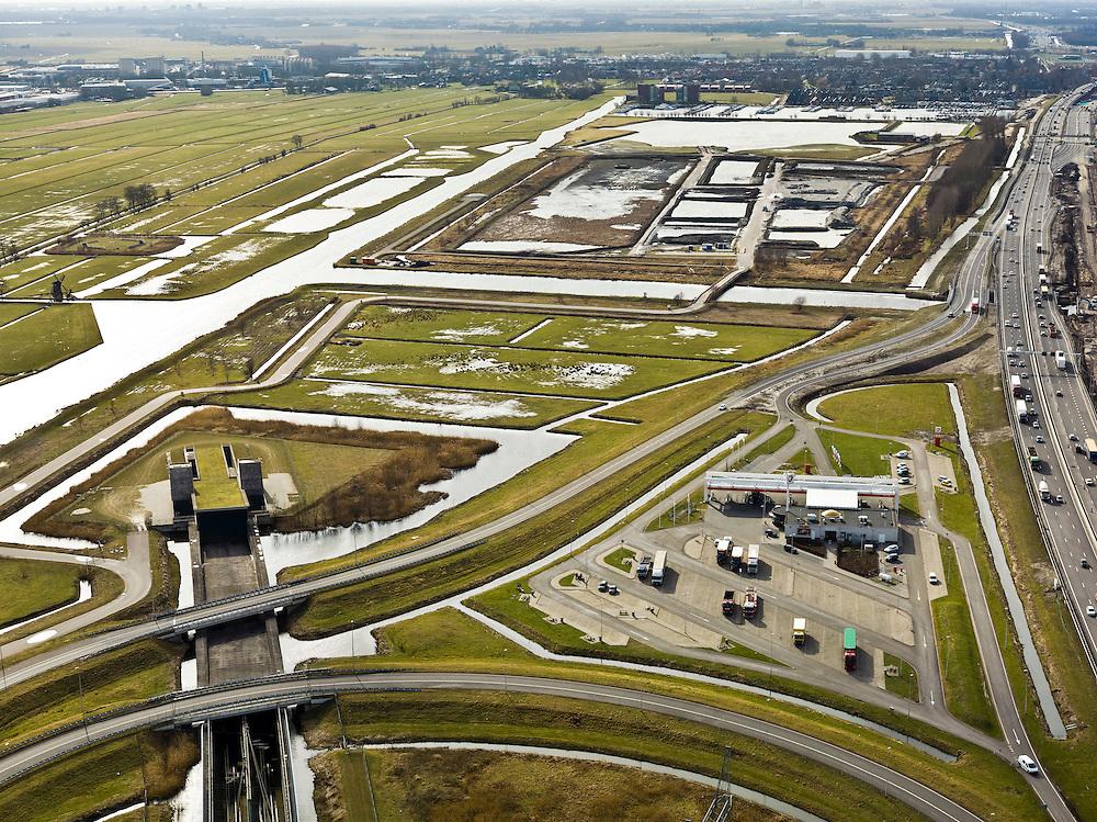 Nederland, Zuid-Holland, Gemeente Leiderdorp, 20-02-2012; Zicht op de Bospolder met ingang boortunnel onder het Groene Hart van de hogesnelheidslijn (HSL-Zuid). Het bedieningsgebouw van de tunnel, voorbeeld 'landschappelijke inpassing'. Rechts tankstation Aurora aan de A4..View of the Bospolder with entrance to the drilled tunnel of the High Speed Line (HSL) under so-called the Green Heart. The control building of the tunnel, example of 'landscaping'.luchtfoto (toeslag), aerial photo (additional fee required).copyright foto/photo Siebe Swart