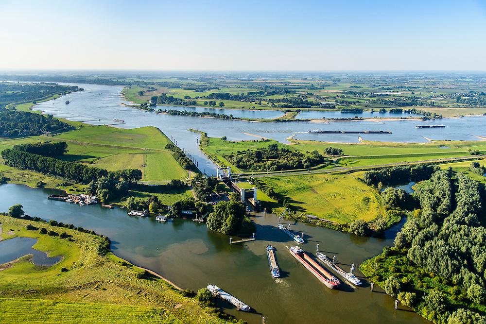 Nederland, Gelderland, Gemeente Maasdriel, 23-08-2016; Heerewaarden, Kanaal van Sint Andries met sluis, verbinding tussen Maas (links) en Waal elkaar bijna raken. Op de landengte ligt ook Fort Sint-Andries<br /> Heerewaarden, where the river Maas (Meuse, left) and Waal almost touch, divided bij a isthmus. In to the canal the lock of St. Andries and an old fortress. <br /> aerial photo (additional fee required); <br /> luchtfoto (toeslag op standard tarieven);<br /> copyright foto/photo Siebe Swart