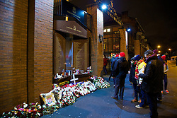 28.01.2014, Anfield, Liverpool, ENG, Premier League, FC Liverpool vs FC Everton, 23. Runde, im Bild Liverpool supporters pay their respects at the Hillsborough Memorial // during the English Premier League 23th round match between Liverpool FC and Everton FC at Anfield in Liverpool, Great Britain on 2014/01/29. EXPA Pictures © 2014, PhotoCredit: EXPA/ Propagandaphoto/ David Rawcliffe<br /> <br /> *****ATTENTION - OUT of ENG, GBR*****