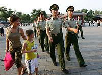 Wachtabloesung unterwegs zum Tiananmen Tor. © Urs Bucher/EQ Images