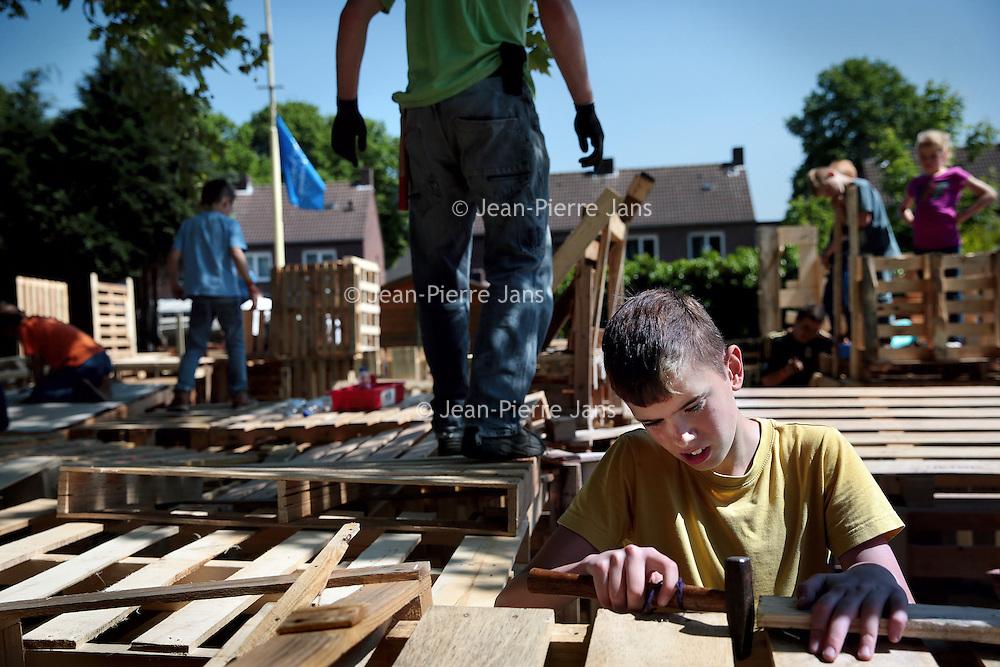 Nederland, Nederweert, 15 mei 2015.<br /> Timmerdorp.<br /> 6e jaar Timmerdorp bij Jong Nederland Budschop. Maar liefst 140 kinderen zullen hier hun eigen hut gaan bouwen en daar een nachtje in verblijven.<br /> <br /> <br /> Foto: Jean-Pierre Jans
