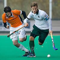 ROTTERDAM - HOCKEY -  Jeroen Hertzberger (r) van Rotterdam in duel met Robert van der Horst (l) van OZ tijdens de hoofdklasse hockeywedstrijd tussen de mannen van Rotterdam en Oranje-Zwart (0-2). COPYRIGHT KOEN SUYK