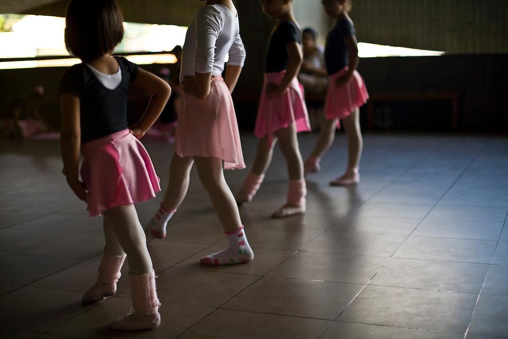 Merida_VEN, Venezuela...Meninas em aula de bale em Merida, Venezuela...Girls in ballet class in Merida, Venezuela...Foto: JOAO MARCOS ROSA / NITRO
