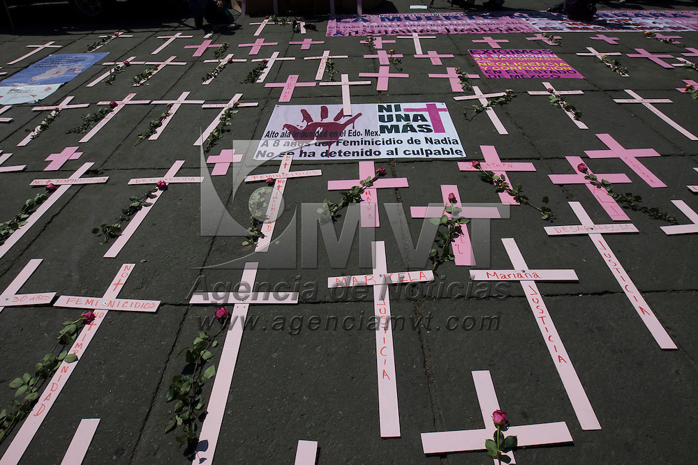 Toluca, Méx.- Un centenar de familiares de victimas de feminicidios en la entidad se manifestaron en la plaza de los Martires para exigir al gobierno del Estado de Mexico y a la Procuraduria de Justicia esclarecer miles de casos de homicidios contra mujeres. Agencia MVT / Mario Vazquez de la Torre. (DIGITAL)