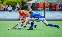 BLOEMENDAAL - Thierry Brinkman (Bldaal)  met Jip Janssen (Kampong)    tijdens finale van de play-offs om de Nederlandse titel, Bloemendaal tegen titelhouder Kampong (1-2). Door de overwinning van Kampong volgt er zondag een derde wedstrijd.   COPYRIGHT KOEN SUYK