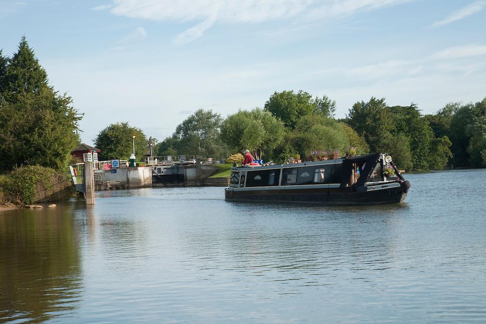 Narrowboat on the River Thames at Godstow Lock, River Thames, Oxford, Uk