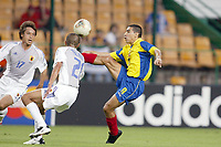 FOOTBALL - CONFEDERATIONS CUP 2003 - GROUP A - JAPAN v COLOMBIA  - 030622 - VICTOR ARISTIZABAL (COL) / KEISUKE TSUBOI (JAP)  - PHOTO JEAN MARIE HERVIO / DIGITALSPORT