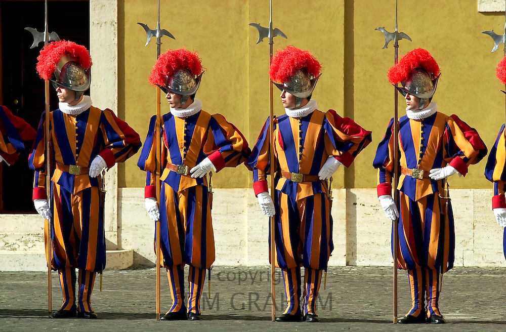 SWISS GUARDS IN COLOURFUL UNIFORM AT THE VATICAN CITY