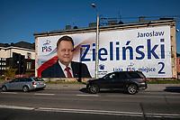 Bialystok, 16.10.2019. Gigantyczny plakat wyborczy Jaroslawa Zielinskiego na jednym z domow przy ulicy Mickiewicza fot Michal Kosc / AGENCJA WSCHOD