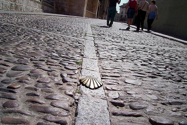 Spanje, Burgos, 30-8-2004..Als onderdeel van de pelgrimsroute naar Santiago de Compostella ligt in deze straat de Jacobsschelp ingelegd. Symbool van de pelgrimstocht. Pelgrims. voettocht, geloof, religie, bedevaart. Camino de Santiago...Foto: Flip Franssen