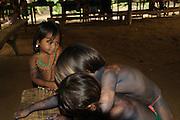 Indígenas emberá / niños en comunidad indígena emberá, Panamá.