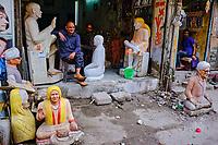 Inde, Delhi, quartier de Paharganj, boutique de statues // India, Delhi, New Delhi, Paharganj district, statues shop