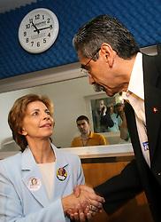 A candidata ao governo do Estado do RS pelo PSDB, Yeda Crusius encontra com o candidato do PT, Olivio Dutra na rede pampa de comunicação, em Porto Alegre, neste domingo 1 de outubro de 2006. Yeda Crusius e Olivio Dutra estão empatados em segundo lugar com 25% cada. FOTO: JEFFERSON BERNARDES/PREVIEW.COM