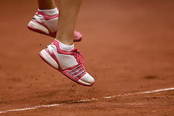 18-04-2015 NED: Fed Cup Nederland - Australie, Den Bosch<br /> Op het gravelcourt van de Maaspoort speel Nederland voor een ticket naar de wereldgroep / Arantxa Rus verliest de tweede partij waardoor het stand weer gelijk is 1-1. Service, sportschoenen, sprong, tennis item, gravel
