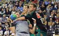 BILDET INNGÅR IKEK I FASTAVTALER. ALL NEDLASTING BLIR FAKTURERT.<br /> <br /> Håndball<br /> Tyskland<br /> Foto: imago/Digitalsport<br /> NORWAY ONLY<br /> <br /> Drago Vukovic (Füchse), mit Ball, rechts Joakim Hykkerud (Hann-Burgdorf), hinten Sven-Sören Christophersen (Hann-Burgdorf), Füchse Berlin - TSV Hannover-Burgdorf 1. Bundesliga, DKB-Handballbundesliga, 2015/20156 Herren, Männer, Maenner, Handball, Deutschland, Germany, Max-Schmeling-Halle Berlin, 18.10.2015