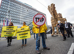 21.11.2014, Wieden, Wien, AUT, Greenpeace-Aktion zu TTIP: Trojanisches Pferd zieht durch Wien, im Bild Aktivisten mit Trojanischen Pferd vor der Wirtschaftskammer // Activists with Trojan Horse in front of the austrian economic chamber during protest action of Greenpeace with Trojan Horse against TTIP in Vienna, Austria on 2014/11/21, EXPA Pictures © 2014, PhotoCredit: EXPA/ Michael Gruber