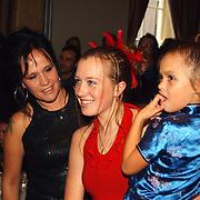Onthulling wassen beeld Herman Brood, Xandra Brood, dochter Lola en Brenda onthullen