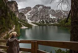 THEMENBILD - eine Frau genießt die Aussicht auf den Pragser Wildsee, aufgenommen am 11. Mai 2018, Prags, Österreich // A woman enjoys the view of Lake Braies on 2018/05/11, Prags, Austria. EXPA Pictures © 2018, PhotoCredit: EXPA/ Stefanie Oberhauser