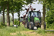 Nederland, Millingen, 20-5-2018Een grote tractor rijdt op een smalle weg in de ooijpolder, polder.Andere weggebruikers moeten hier goed rekening mee houden en het kan gevaarlijke situaties, verkeerssituaties opleveren.Foto: Flip Franssen