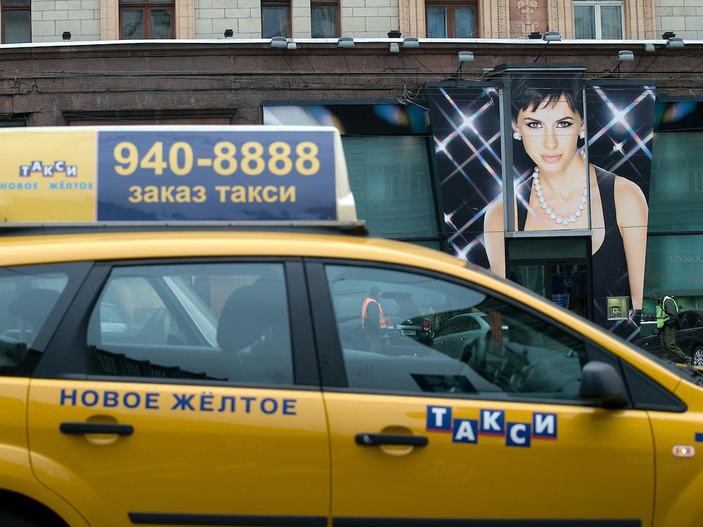 Moskau/Russische Foederation, RUS, 07.05.2008: Taxi vor einem Luxusgeschaeft mit Schmuck und Uhren an der Prachtstrasse Twerskaja im Zentrum der russischen Hauptstadt Moskau.<br /> <br /> Moscow/Russian Federation, RUS, 07.05.2008: Taxi infront of a Luxury store at the Twerskaja avenue in the city center of the Russian metropolis.