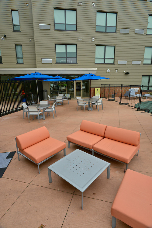 Seating in the outdoor patio at the 401 Lofts apartments.