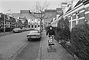 Nederland, Nijmegen, 7-10-1980Impressie,straatbeeld, van de wijk Bottendaal.In deze wijk stond de dobbelman zeepfabriek, waar o.a. wasmiddel gemaakt werd. Ook kwamen hier de eerste gastarbeiders terecht.Foto: Flip Franssen/Hollandse Hoogte