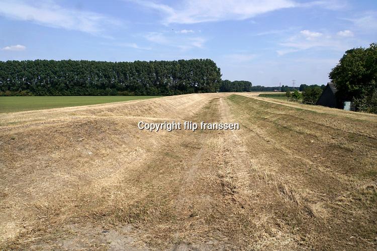 Nederland, Baak, 10-8-2020  Het stroomkanaal van Hackfort staat droog . Het werd gegraven in 1952 en is in gebruik genomen in 1955. Het afwateringskanaal waarborgt het de uitwatering van met name de Veengoot en de Baakse Beek ten tijde van hoogwater als het Gemaal Baakse Beek moet pompen. Het staat de meeste tijd dus sowieso droog . Foto: ANP/ Hollandse Hoogte/ Flip Franssen