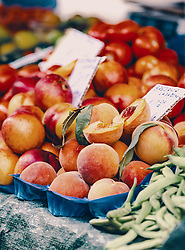THEMENBILD - frisches Pfirsiche auf dem Markt in Rijeka, aufgenommen am 13. August 2019 in Rijeka, Kroatien // fresh peaches on the market in Rijeka, Croatia on 2019/08/13. EXPA Pictures © 2019, PhotoCredit: EXPA/Stefanie Oberhauser