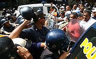 Miembros de la Policía Metropolitana, se enfrentan a simpatizantes del oficialismo durante una marcha realizada por estudiantes venezolanos en Caracas hoy, 1 de noviembre de 2007, en rechazo al proyecto de reforma constitucional impulsado por el presidente venezolano, Hugo Chávez para diciembre próximo. Las diferentes marchas llegaron hasta la sede del Poder Electoral. (ivan gonzalez)..
