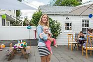 Melanie Dowling is een Nederlandse vrouw die sinds twee jaar samen met haar man en twee kinderen in Greenwich, CT woont. Zij heeft in Nederland een goeie baan opgegeven opdat haar man promotie in de Verenigde Staten kon maken. Haar tweede kind is in de VS geboren. Totdat ze zelf weer aan 't werk gaat, neemt zij de opvoeding van de kinderen voor haar rekening. Haar vriendinnenclubje in Greenwich bestaat uit andere expat vrouwen en hun kinderen.