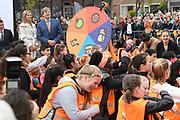 Koning Willem-Alexander en koningin Maxima bij basisschool De Vijfmaster tijdens de jaarlijkse Koningsspelen. //// King Willem-Alexander and Queen Maxima at elementary school De Fivemaster during the annual Royal Games.<br /> <br /> Op de foto / On the photo:  Koning Willem-Alexander en koningin Maxima bij de sportactiviteiten // King Willem-Alexander and Queen Maxima in sports activities